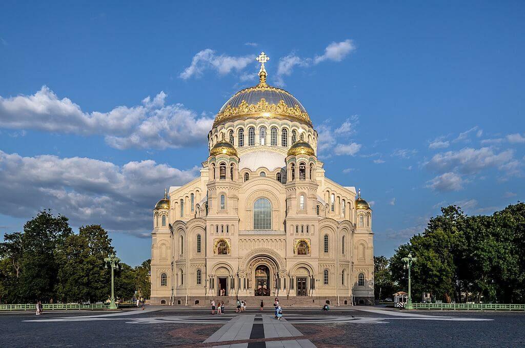 Ovan: Flottkatedralen i Kronstadt, belägen på ön Kotlin utanför St Petersburg. (Alex 'Florstein' Fedorov [CC BY-SA 4.0 (//creativecommons.org/licenses/by-sa/4.0) or FAL], via Wikimedia Commons)